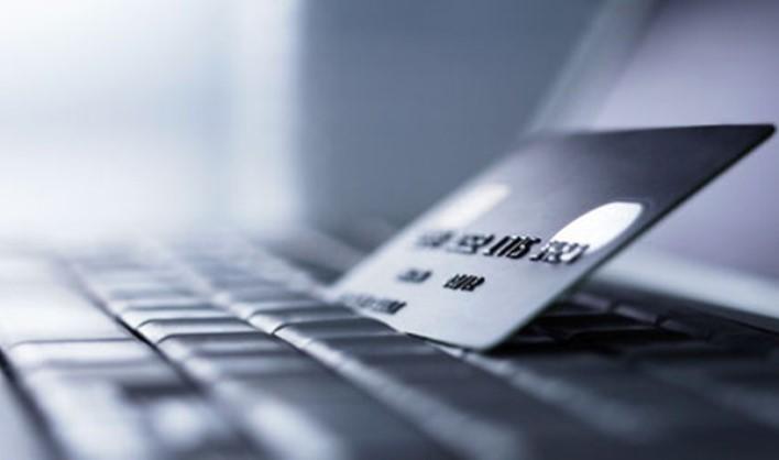 банковская карта зажата в клавиатуре