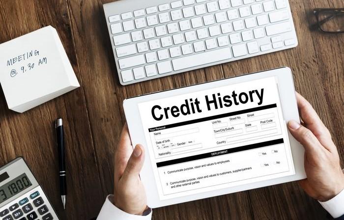 человек держит планшет на котором написано кредитная история