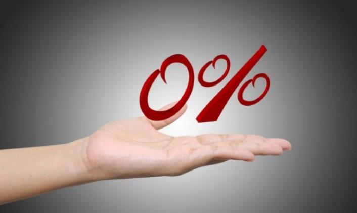человек держит на руке надпись 0 %