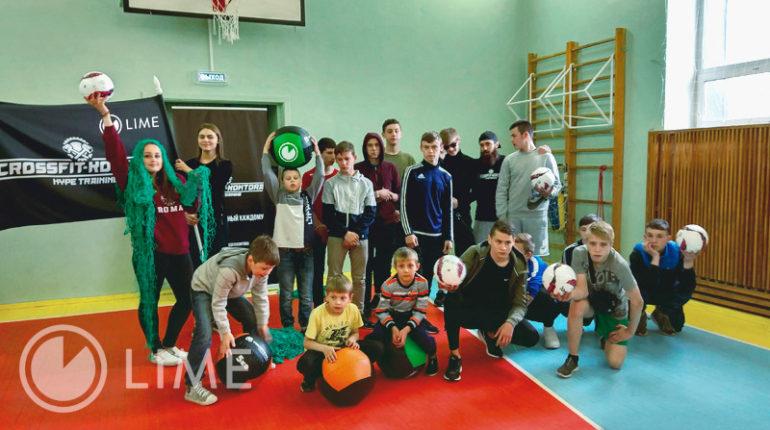 дети в спортзале готовятся к кроссфиту
