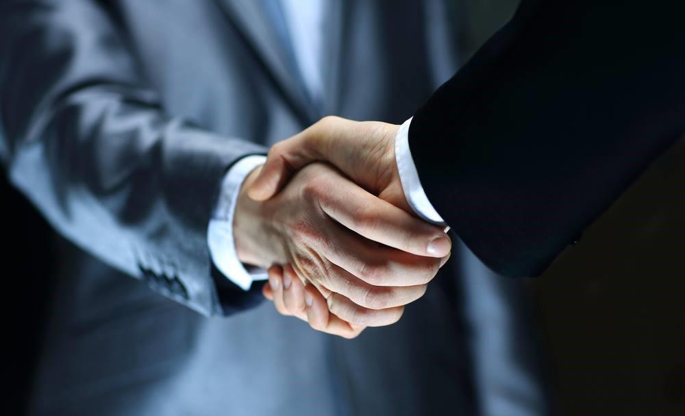 люди пожимают руки после успешной сделки