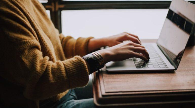 девушка печатает на компьютере финансовый план