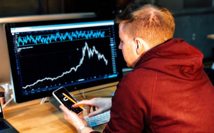 мужчина проверяет свои инвестиции