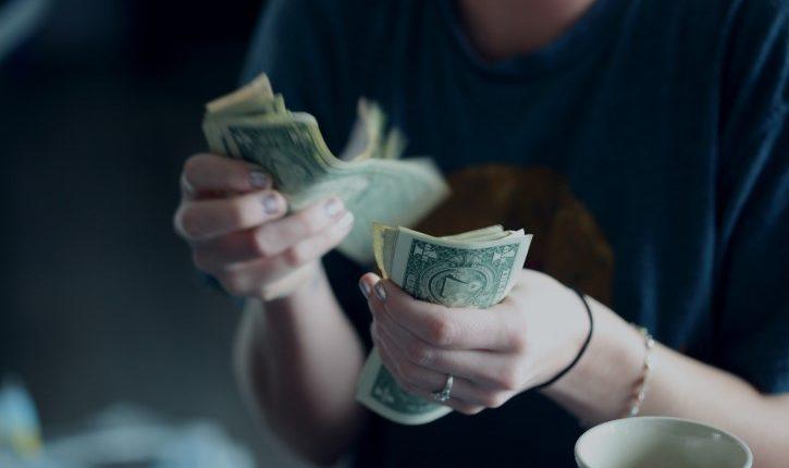 девушка считает свои деньги