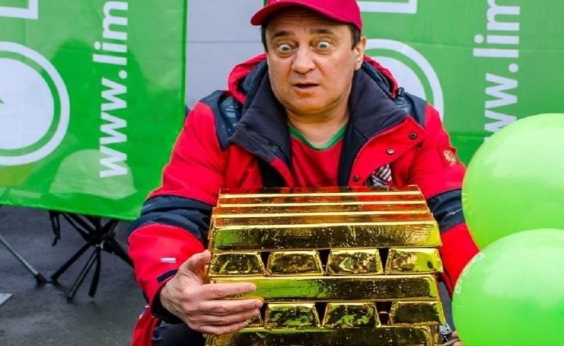 Самую высокую дженгу из слитков золота построили на фестивале еды